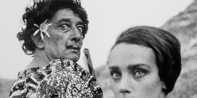 Salvador Dalí vestido de clown junto a una modelo, una de las fotografías de la exposición