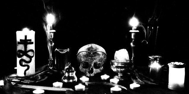 Una imagen alusiva a esta banda medio italiana y medio noruega con calaveras y velas decoradas con el símbolo de la formación
