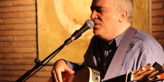 El cantante y guitarrista durante una actuación
