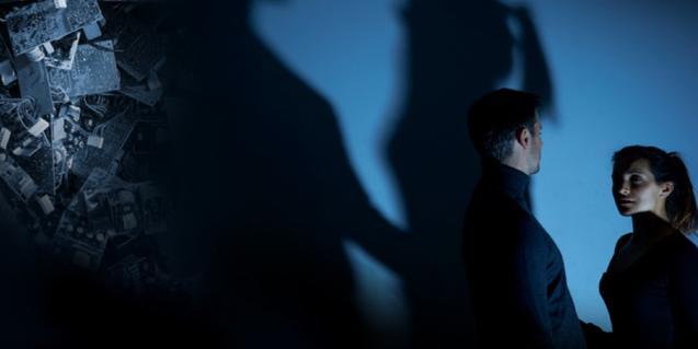 Els dos protagonistes de l'obra a les fosques al costat d'una pila de ferralla