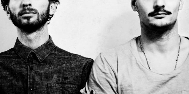 Retrato del dúo de músicos que integran la formación mostrando sólo la mitad inferior de la cara