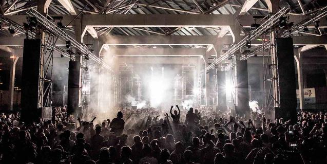 Vista del públic i l'escenari en un dels concerts del DGTL de l'any passat