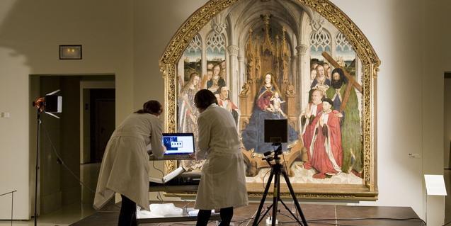 Conservadoras del MNAC en una de las salas del museo