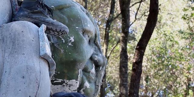 Una imagen del film muestra una de las esculturas repartidas por el bosque de Can Ginebreda
