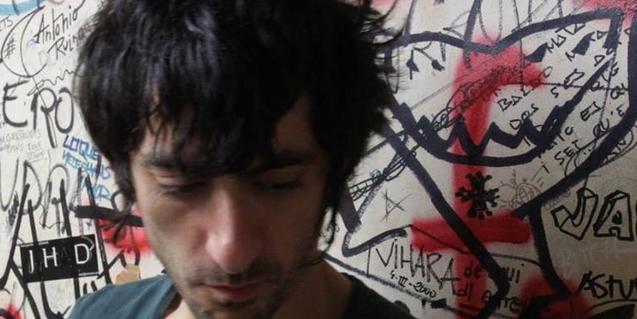 Retrat de primer pla del DJ amb una paret plena de grafiti de fons