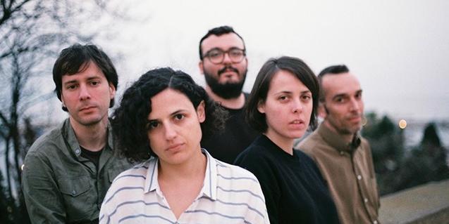 Retrato de grupo en exteriores de los cinco miembros de la banda de pop barcelonesa