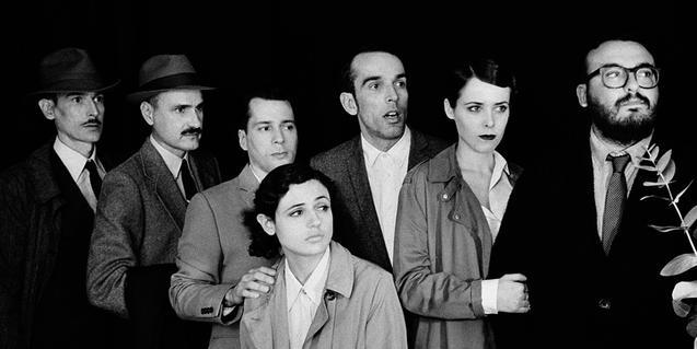 Los miembros del grupo, retratados en blanco y negro con vestidos de los años 20 del siglo pasado