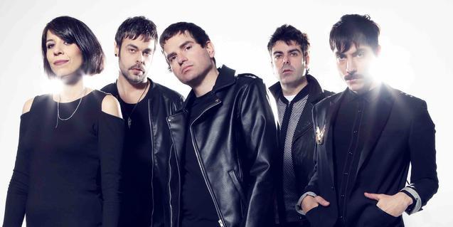 Els cinc membres de la banda tots vestits de negre rigorós i retratats un al costat de l'altre