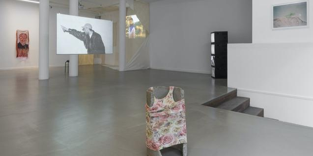Vista general de l'espai de Bombon Projects amb obres dels dos artistes exposats