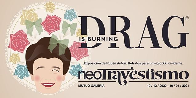 El cartel que anuncia la exposición con un retrato vectorial de un personaje travestido con una gran sonrisa en la cara