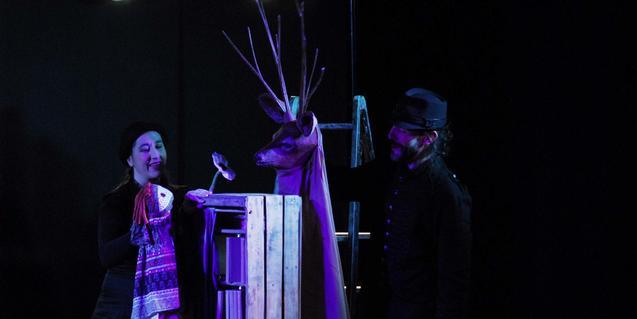 Fotografia amb el titella protagonista i els dos titellaires de la companyia