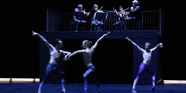 Un grup de ballarins interpreta una coreografia contemporània