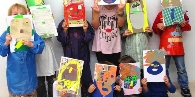 Nens i nenes amb les màscares d'un taller