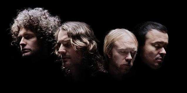 Retrat dels integrants de la banda sueca de rock alternatiu contra un fons negre