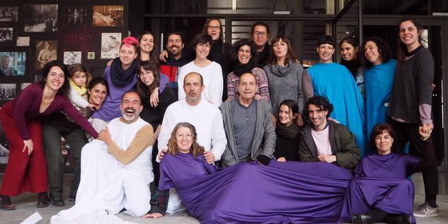 Retrat de grup dels artistes i veïns i veïnes implicats en aquest projecte escènic participatiu