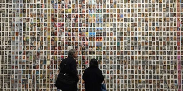 Dos visitants d'una exposició fotogràfica a Barcelona