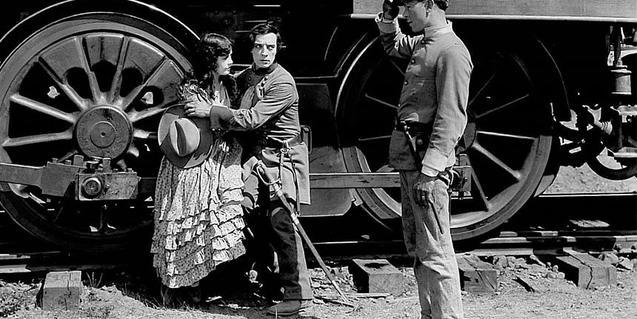 Fotograma de la pel·lícula on hi surt Buster Keaton amb una noia al costat del tren