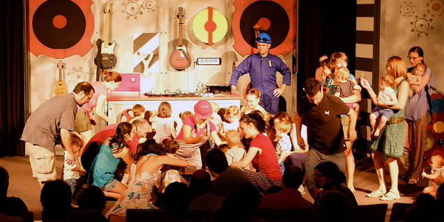 Fotografia de l'espectacle on es veuen infants interactuant a l'escenari