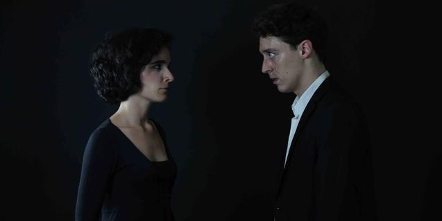 Un hombre y una mujer, protagonistas del espectáculo, retratados sobre un fondo negro
