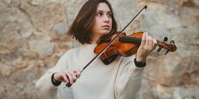 Una mujer tocando el violín.