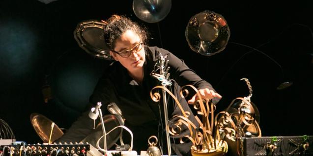 La compositora e intérprete Eli Gras en pleno concierto