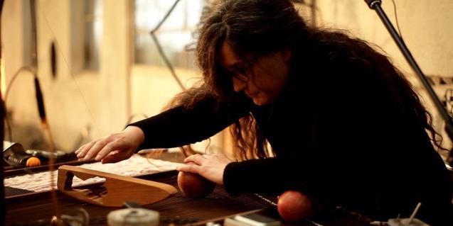 Retrat de l'artista manipulant un dels seus instruments durant una actuació