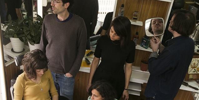 Els integrants d'aquesta banda d'indie, retratats dins d'una barberia