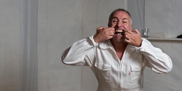 El actor Pablo Finamore haciendo una mueca durante la función