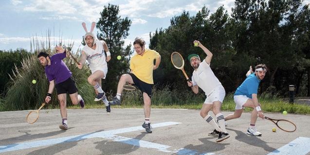 Los integrantes de la formación dando un salto con raquetas en las manos mientras simulan que juegan al tenis