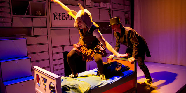 Fotografía del espectáculo. Dos actores arrastrando una cama.