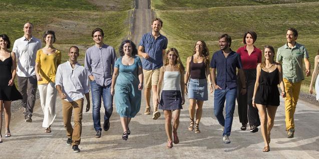 Los miembros de la compañía avanzan por un camino que atraviesa unos campos