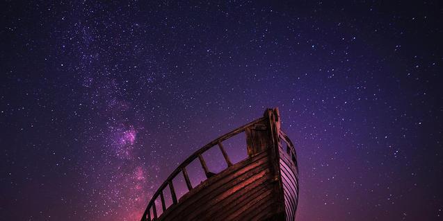 Imagen de una embarcación y el firmamento