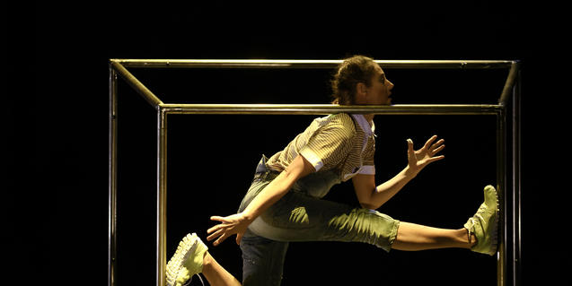 Fotografia de la ballarina dins d'una estructura metàl·lica