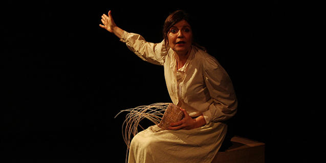 L'actriu protagonista amb un cistell a la mà en un moment de la representació