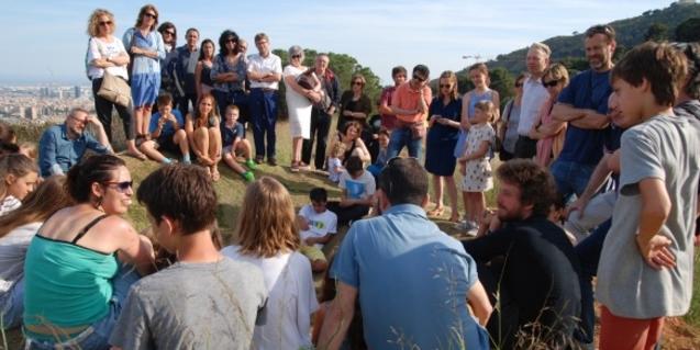 Un grup de nois i noies preparen un projecte a l'aire lliure dirigits per un artista