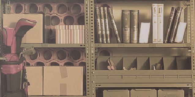 El espacio lleno de trastos y papeles viejos en el que se ambienta la pieza Entre