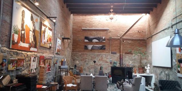 Vista general d'aquesta galeria que sembla el saló d'un domicili particular