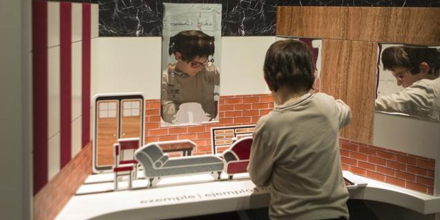 Niño realizando la actividad del espacio educativo
