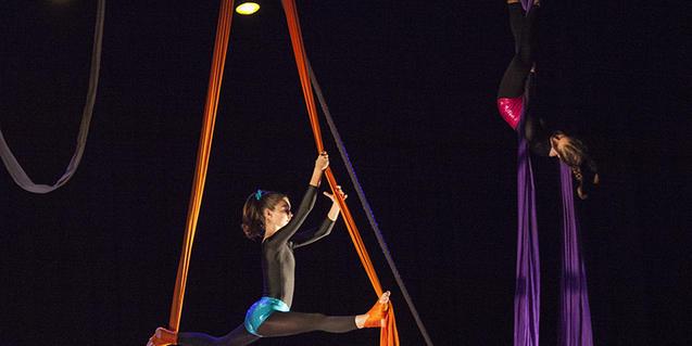 Fotografía de una niña haciendo acrobacias