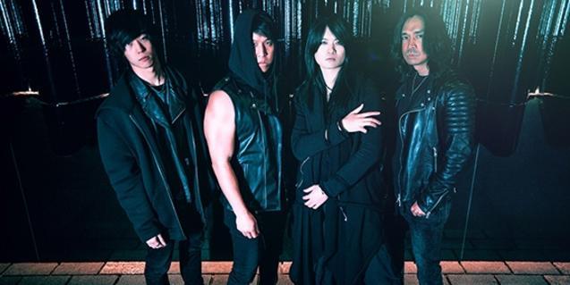 Retrato de grupo de los cuatro miembros de la formación vestidos de negro