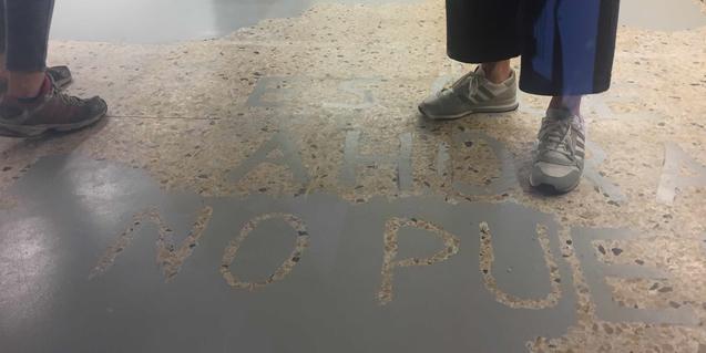Una imatge del terra de la galeria amb una llegenda escrita que els visitants trepitgen