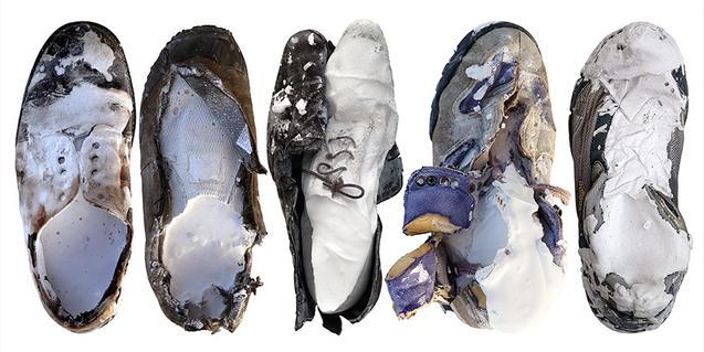 Una obra sobre paper que es pot veure a l'exposició i que mostra cinc sabates mig desfetes i cobertes d'una capa de pintura blanca