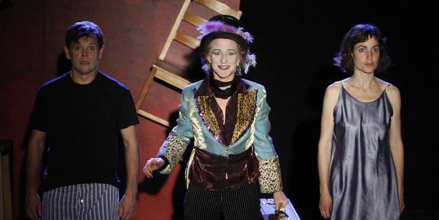 La parella protagonista i l'actriu i músic de l'espectacle en un moment de la funció