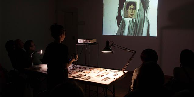 Una imagen de la artista proyectando imágenes en una pantalla