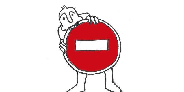 Dibujo de un hombre que muerde una señal de tráfico que indica prohibición