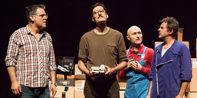 Los trabajadores que protagonizan esta obra, en un momento de la representación