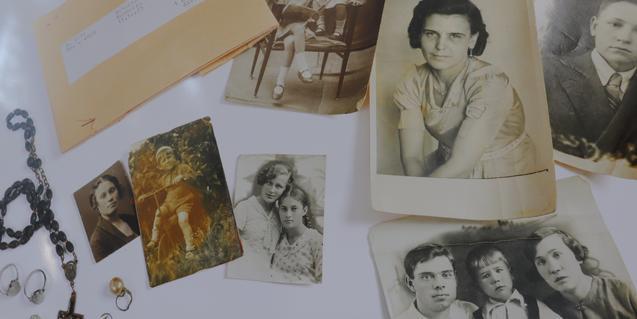 Algunos de los objetos y de las fotografías de la exposición 'Stolen Memory'