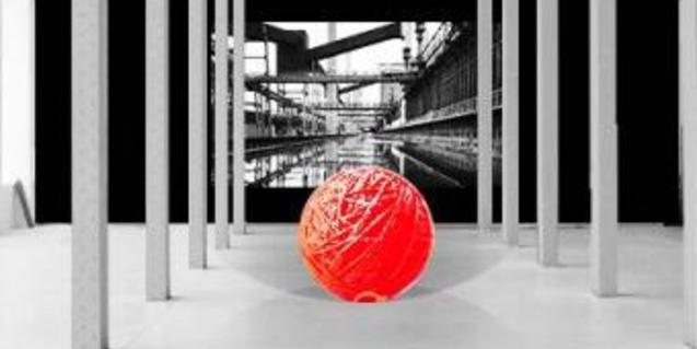Una gran bola vermella feta de fils i cordes i suspesa dins de Fabra i Caots
