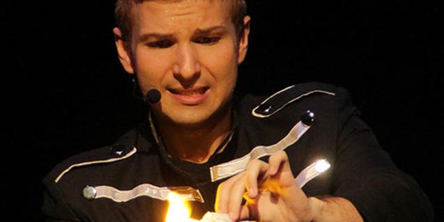 Fotografia del mag fent un truc de màgia