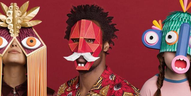 Tres personas retratadas con las máscaras de colores que son la imagen del Grec de este año